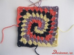 Spiral granny square: eighth row